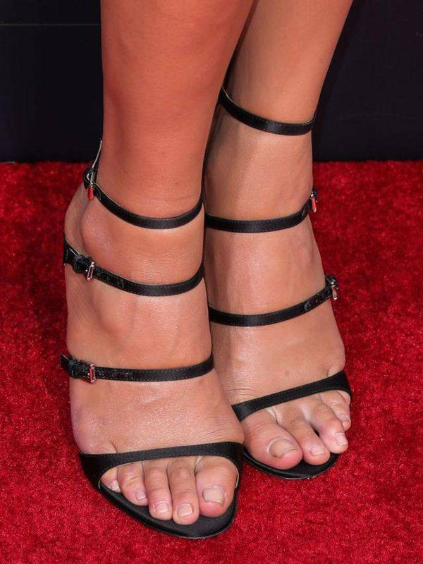 model-nokti-stopala-dekolte-Chrissy-Teigen-crveni-tepih-2015-emi-nagrade001