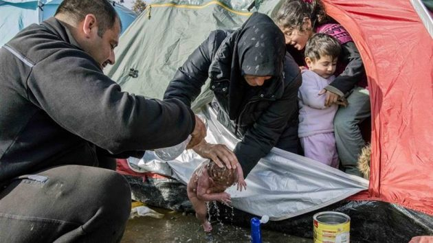 fotografija-novorodenceta-iz-idomenija-zaprepastila-javnost-migranti