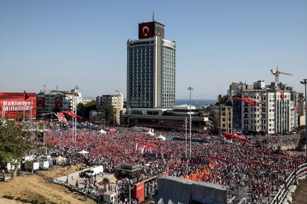 desetine-hiljada-na-taksimu-centralnom-istanbulskom-trgu-miting-za-republiku-i-demokratiju001-20160724