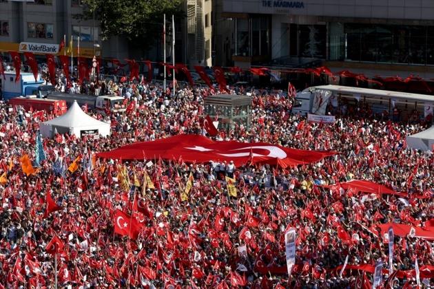 desetine-hiljada-na-taksimu-centralnom-istanbulskom-trgu-miting-za-republiku-i-demokratiju002-20160724