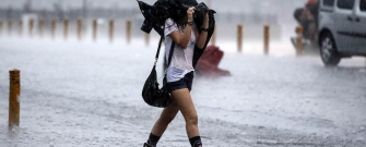 Tursku metropolu Istanbul zahvatilo je olujno nevrijeme i jaka kiša, a zbog crnih oblaka i tame, u većem dijelu grada je upaljena  rasvjeta. (Bülent Doruk - Anadolu Ajansı)