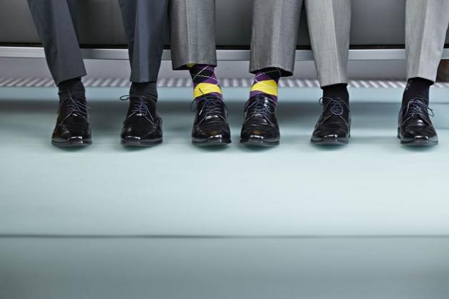 posao-odijelo-muskarci-carape-otkacen-ludost-sasav-poseban-drugaciji