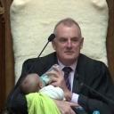 Beba u parlamentu: Političar u predstavničkom domu za vrijeme rasprave hranio dijete svog kolege