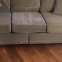 Pokušao prodati kauč preko oglasa, zbog detalja u pozadini svi ga ismijavaju