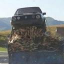 Nesvakidašnji prizor zabilježen u Pazariću: Golf dvojka i drva natovarena na traktorsku prikolicu