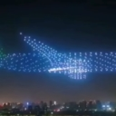 Pogledajte kako izgleda kada 800 dronova formira oblik aviona